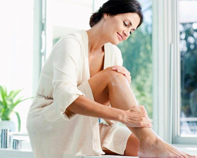 photogallery-dove-daily-renewal-woman-applying-moisturizer-to-skin
