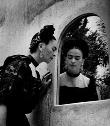 Frida horfir í spegil