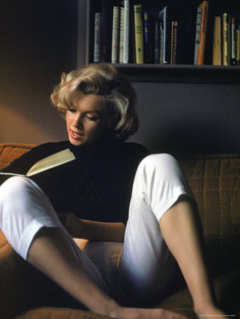 eisenstaedt-alfred-marilyn-monroe-reading-at-home