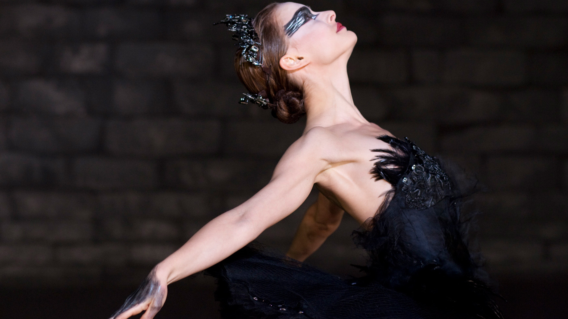 Black swan - rauðar linsur, svartur kjóll, svört kóróna og make-up er allt sem þarf í þennan búning