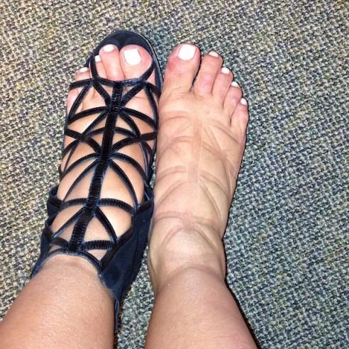Kim-Kardashian-Swollen-Feet-Givenchy-tattoo-492x492