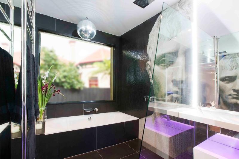 A-Modern-Seamless-Bathroom-With-True-WOW-Factor-11-800x533