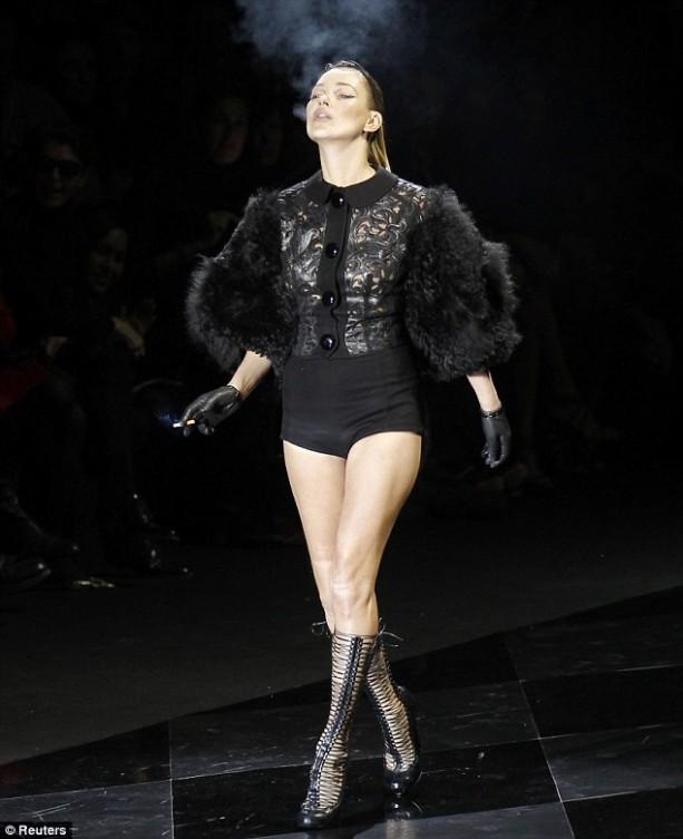 Kate-Moss-Smoking-on-catwalk-e1299730107597