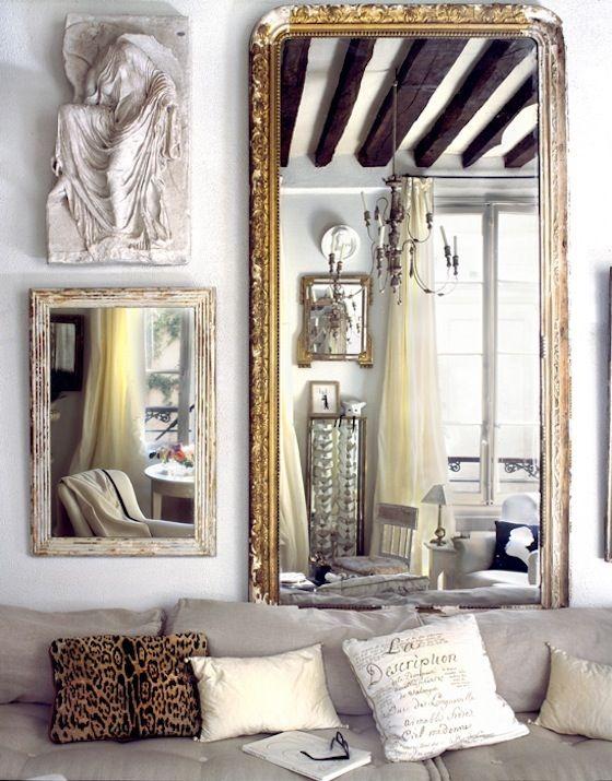 Speglar og myndarammar fara líka vel saman og fullkomna oft vegginn
