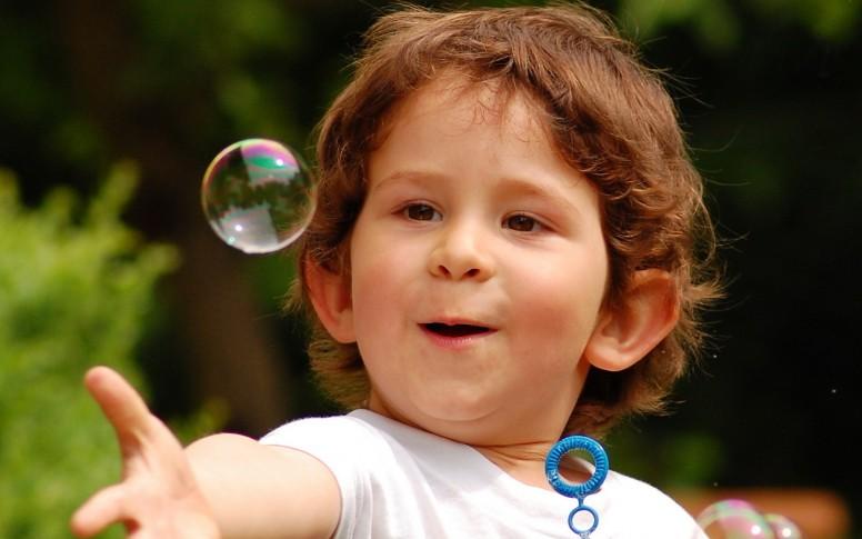 happy_child_touching_bubble-1680x1050
