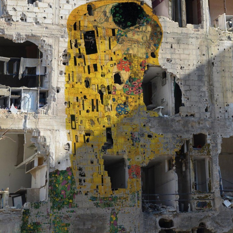 'Freedom Graffiti' eftir Tammam Azzam - Koss Gustavs Klimt á byggingu sem búið er að sprengja.