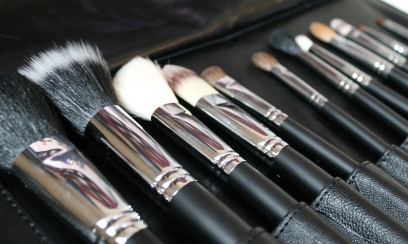Woman-Left-Paralyzed-After-Using-Friend-s-Makeup-Brushes-a-Cautionary-Tale-477794-2