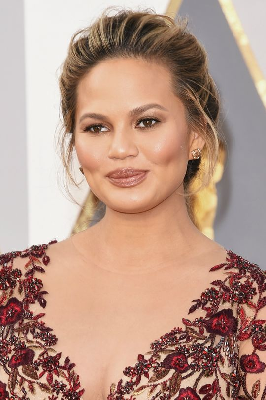 oscars-2016-hair-makeup-trends-chrissy-teigen-w540