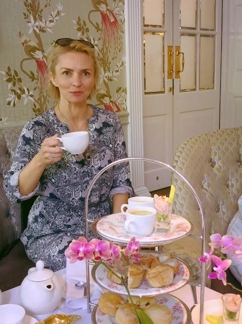 Þarna er undirrituð að fá sér High Tea á Francis Hótelinu í Bath. Það er alveg óhætt að mæla með því!